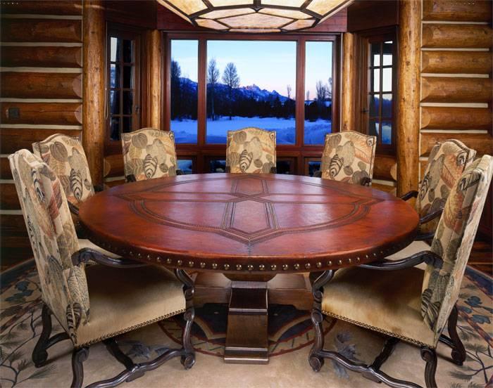 Круглый обеденный стол и стулья
