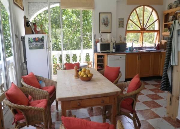 Кухня с плетеной мебелью