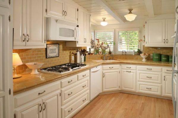 Дизайн кухни с раковиной возле окна