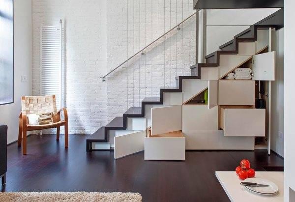 Хранилище под лестницей - одна из главных фишек лофта