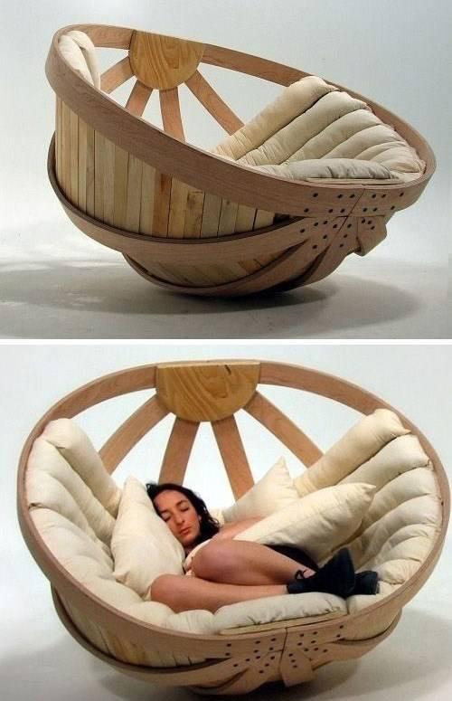 Стильное кресло из дерева и мягких сидений