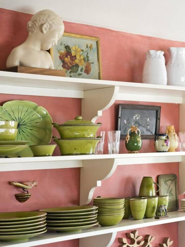 Розовые стены на кухне