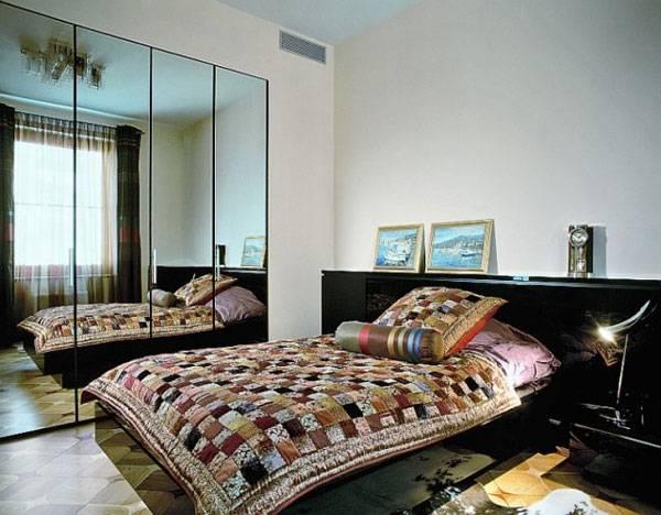 Большое зеркало в маленькой спальне