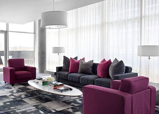 Современная гостиная с пурпурным акцентом