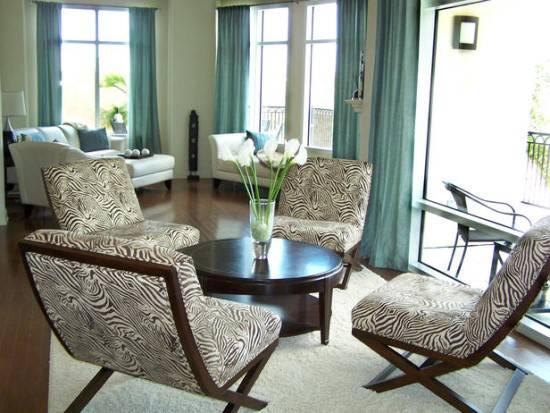 Современная гостиная в голубых тонах