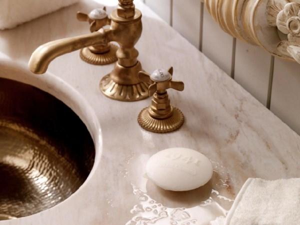 Золотая сантехника в ванной