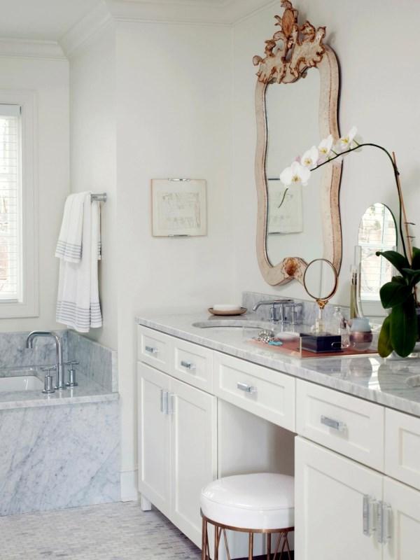 Белая мебель и мрамор в дизайне ванной
