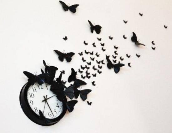 Часы с бабочками на стене