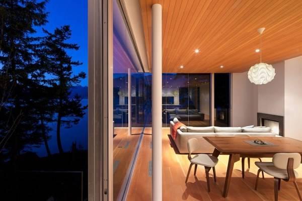Дизайн гостиной с видом на озеро
