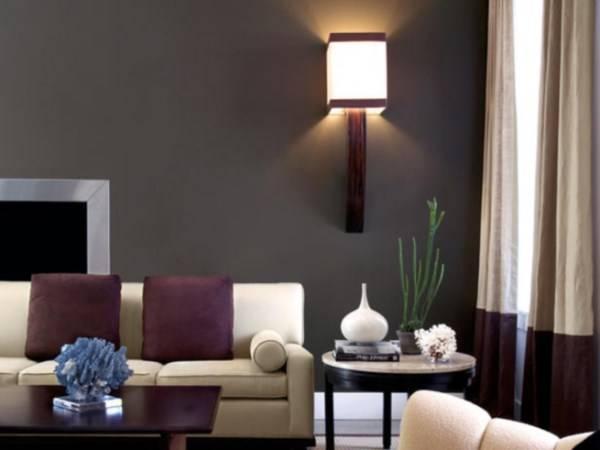 Фиолетовые подушки и другой декор