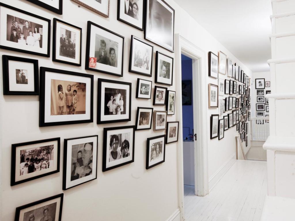 Дизайн интерьера с фотографиями на стенах