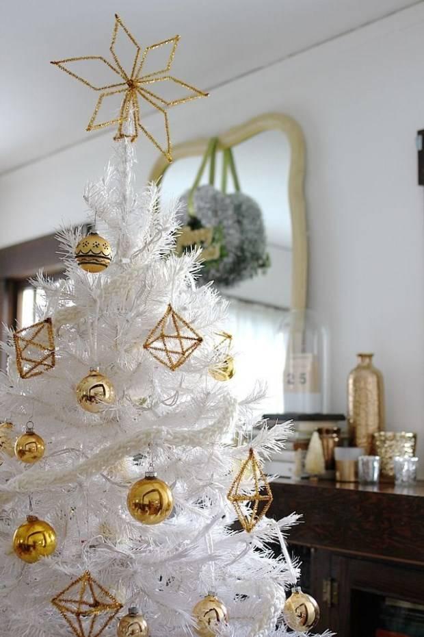Новогодняя елка с золотистыми игрушками