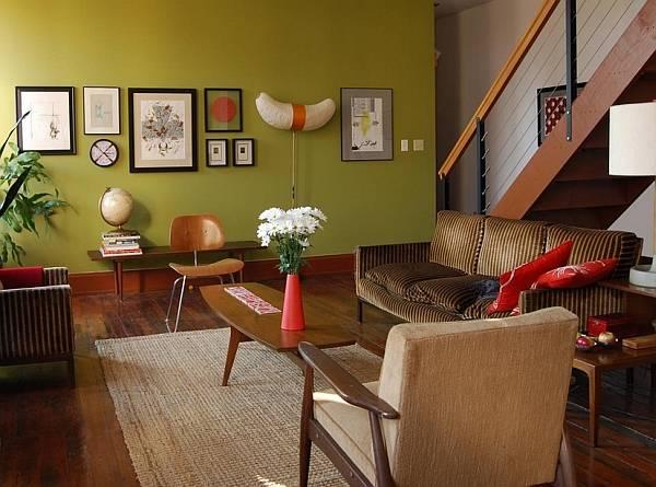 Зеленые обои и коричневая мебель в интерьере