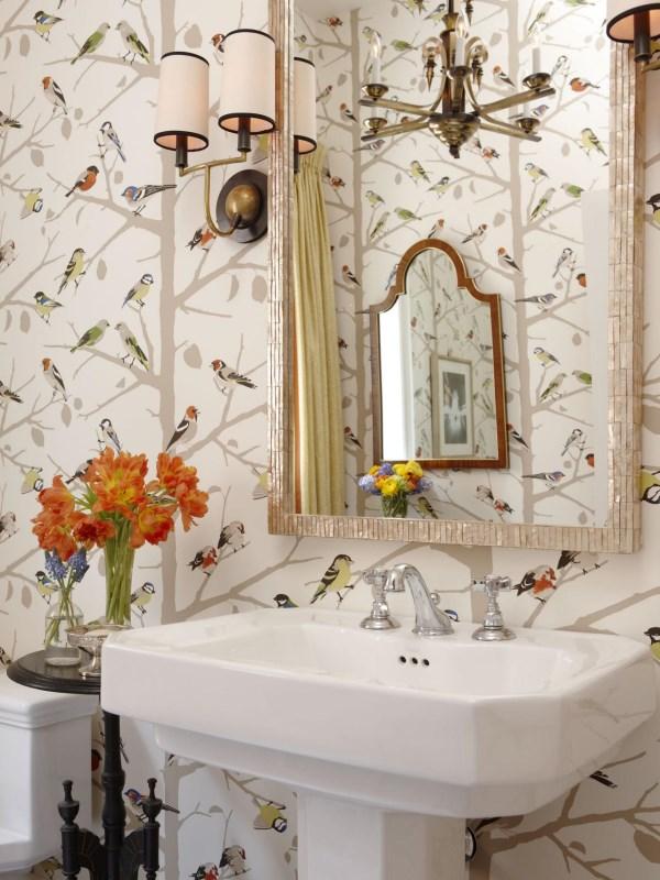 Дизайн ванной комнаты с яркими обоями