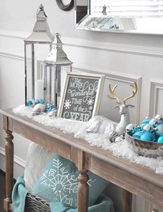 Красивый новогодний декор на столике в прихожей