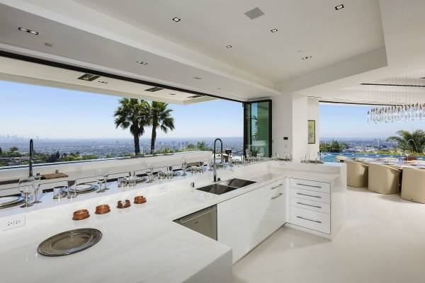 Lüks bir görünüme sahip beyaz mutfak tasarımı