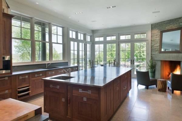 Дизайн кухни с большими окнами в доме Брюса Уиллиса