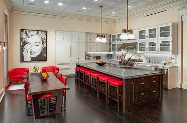 Kırmızı desenli mutfak ve Marilyn portresi