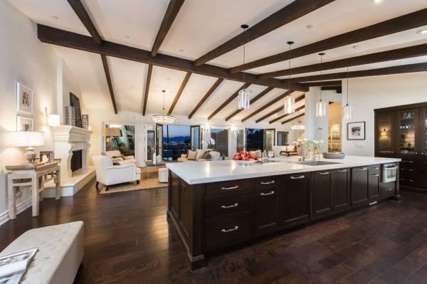 Oturma odası olan geniş bir mutfak tasarlayın