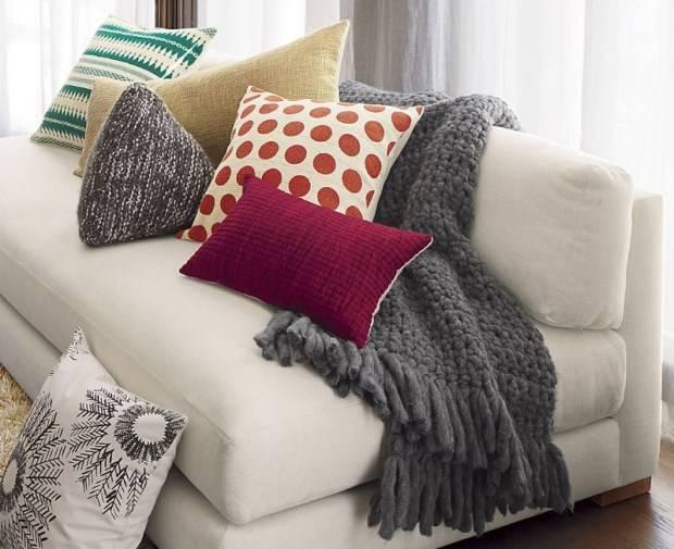 Модные вязанные подушки в качестве декора