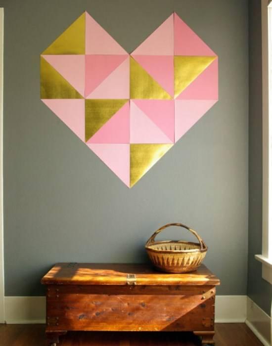 Сердце из бумаги на стене в прихожей
