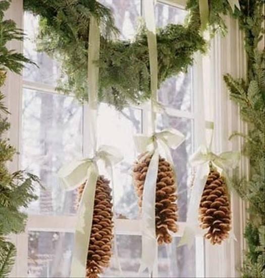 Новогоднее украшение окна природными материалами