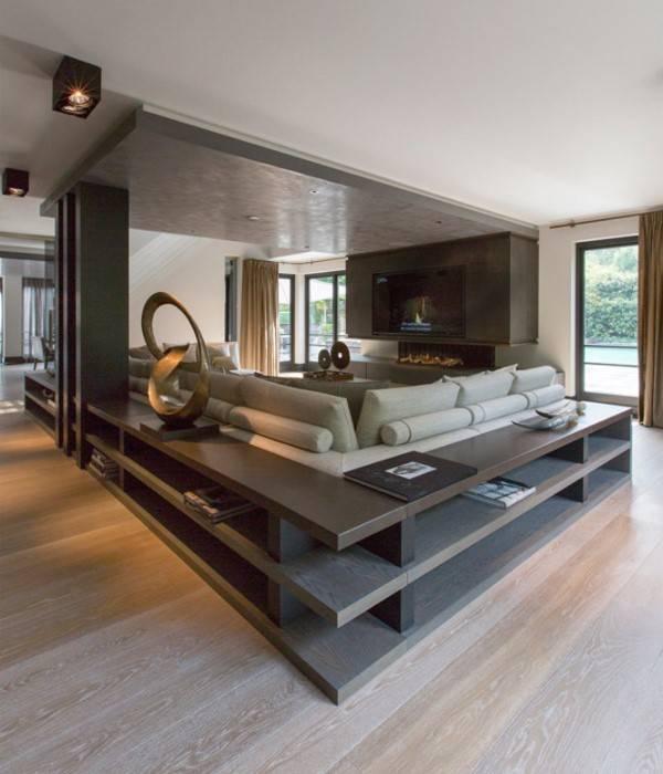 Стильный дизайн большой гостиной с полками