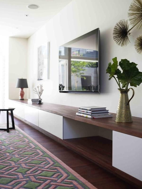 Стильный и современный дизайн гостиной с полками