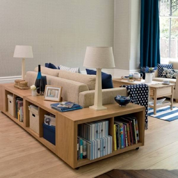 Красивый дизайн гостиной с напольными полками