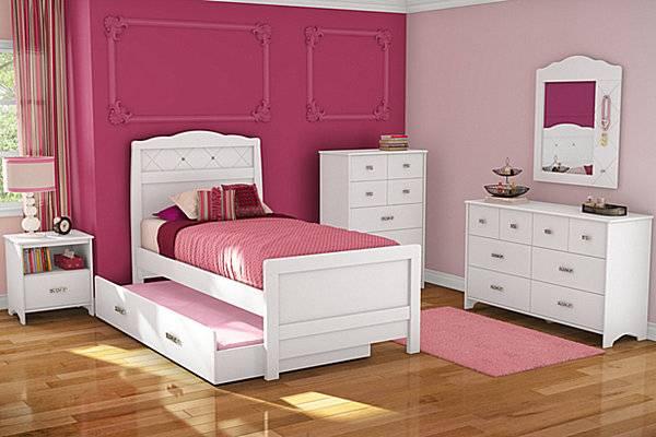 Дизайн детской в белом и розовом цвете