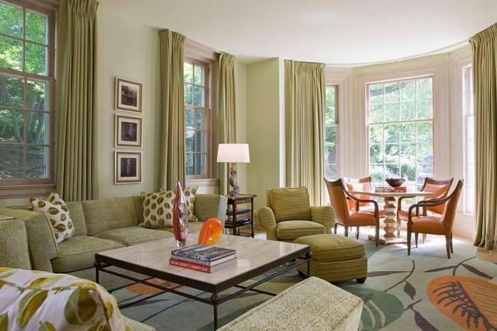Стильный дизайн гостиной с зелеными и оранжевыми элементами