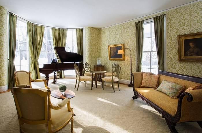 Зеленые шторы и обои в дизайне гостиной