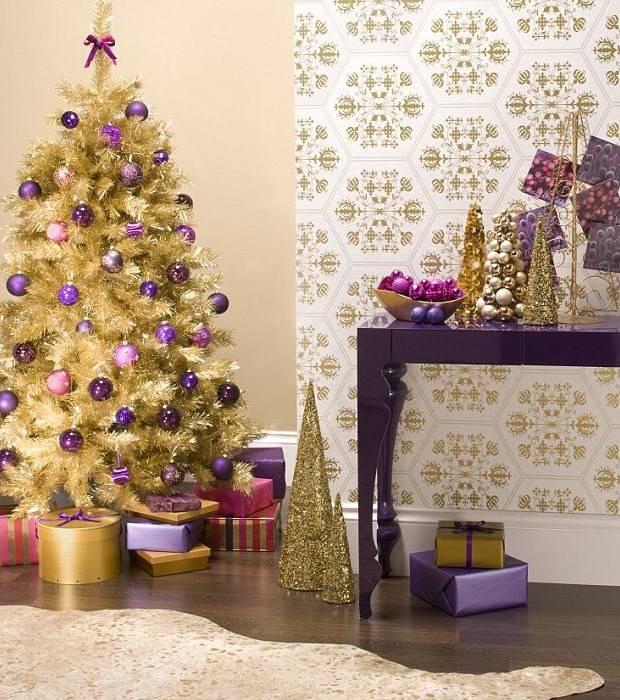 Новогодние украшения в золотом и фиолетовых оттенках