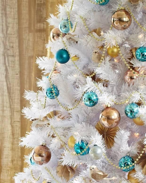 Новогодняя елка с золотыми и голубыми игрушками