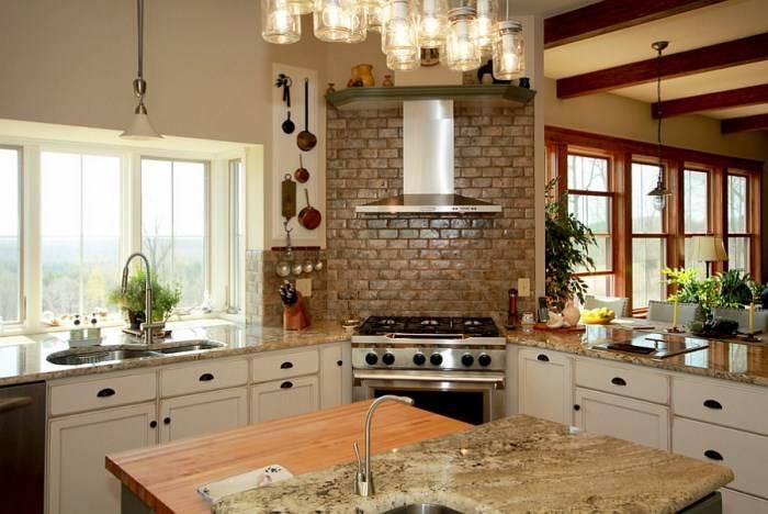 Печь с вытяжкой в углу кухни