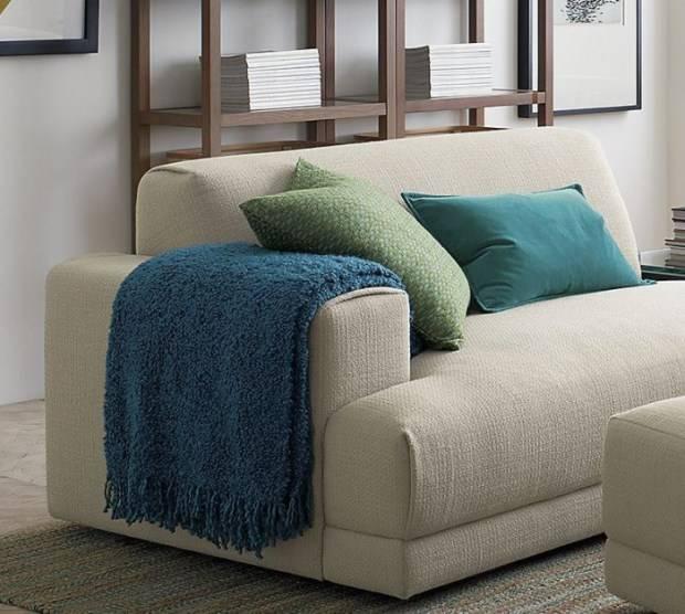 Оформление дивана яркими подушками