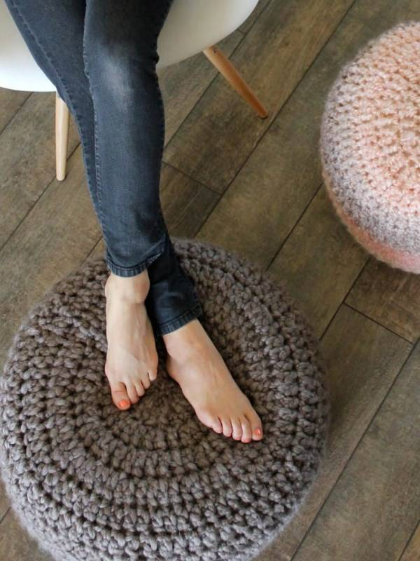 Вязаные подушки под ноги