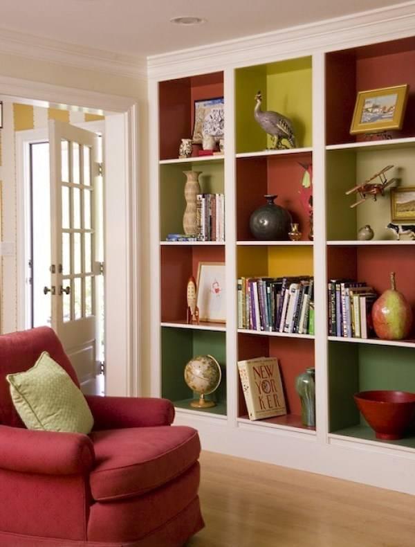 Стильные полки для яркого дизайна гостиной