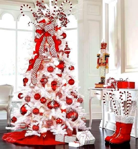belyy-i-krasnyy-novogodniy-dekor