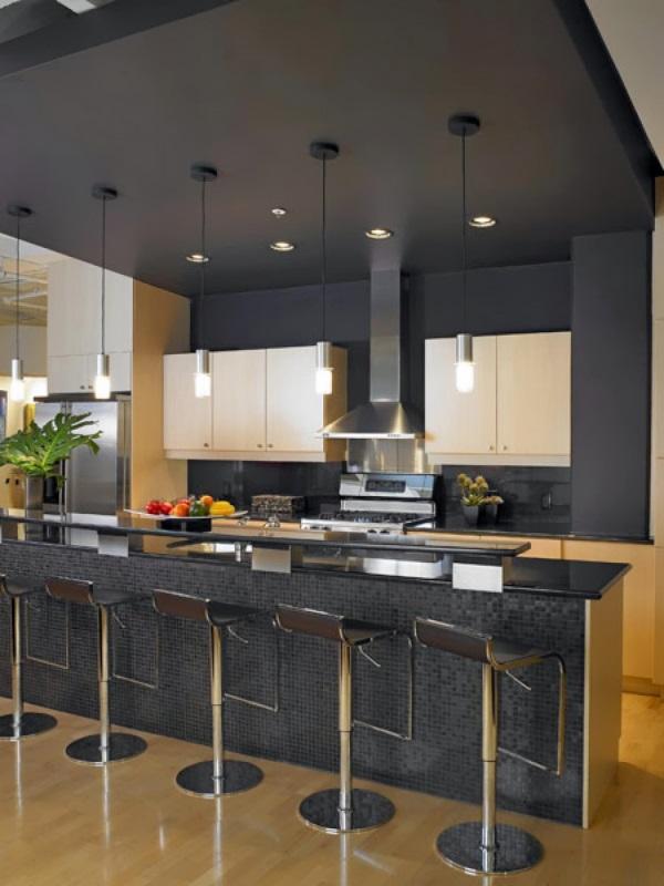 Кухня с черными стенами и потолком