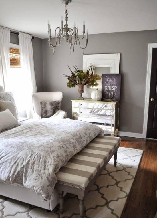 Элегантная спальня с красиво оформленным комодом