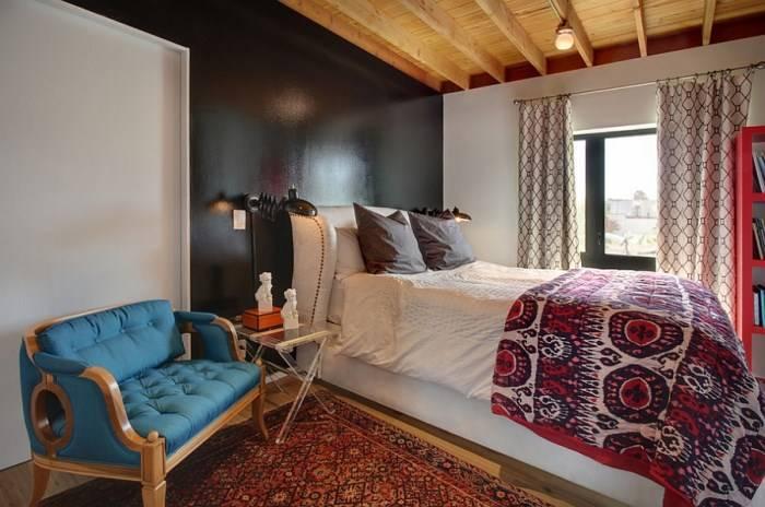 Эклектичная спальня с черной стеной