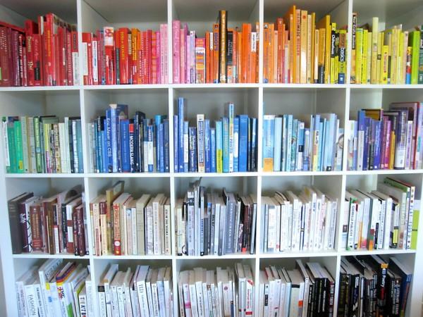 Стильное оформление книжного шкафа