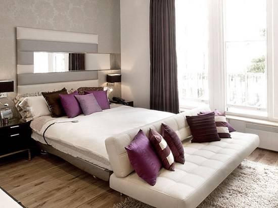Стильная мебель в спальне с фиолетовыми акцентами