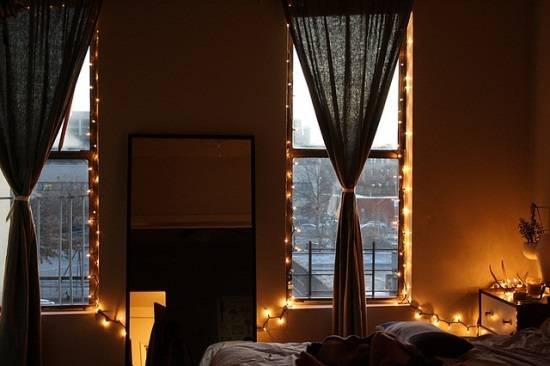 Стильная подсветка окон в спальне