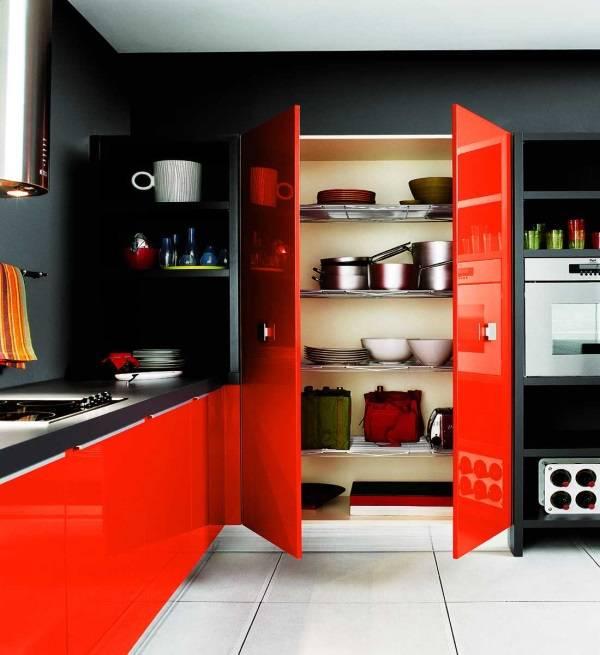 Черные стены и красная мебель в дизайне кухни
