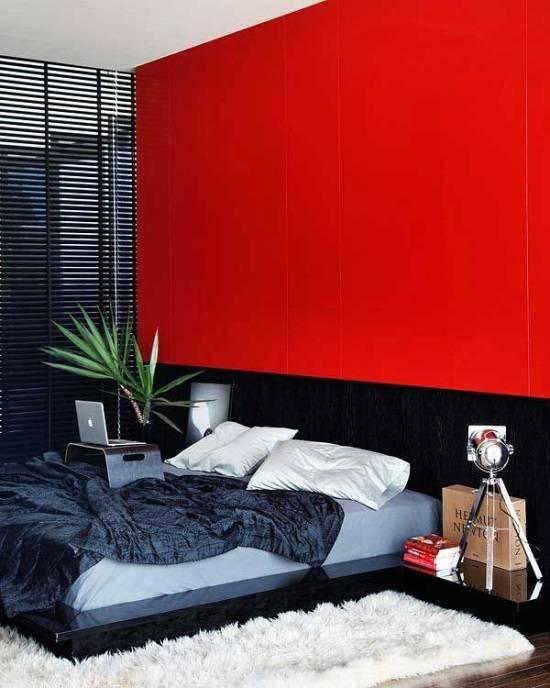 Красная стена как главный акцент в спальне