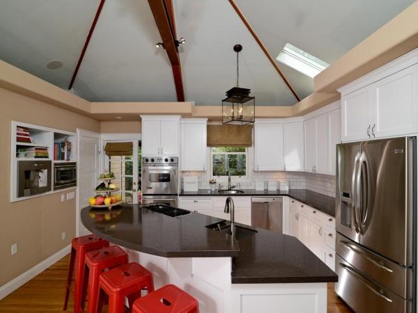 Белая мебель и бежевые стены в дизайне кухни