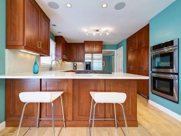 Сочетание коричневого и голубого в дизайне кухни