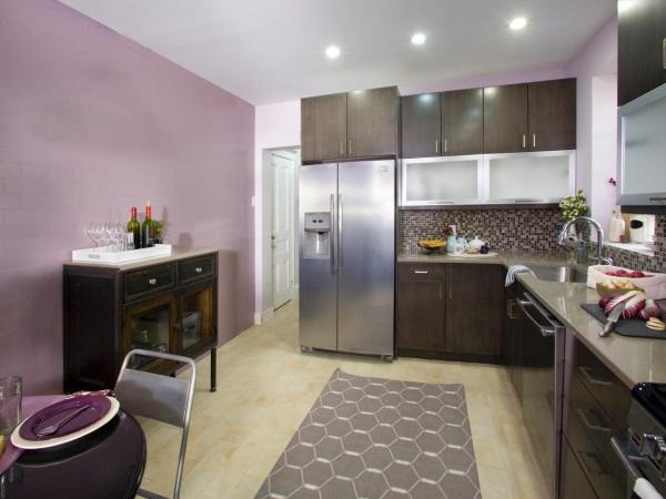 Кухня со стенами лавандового оттенка